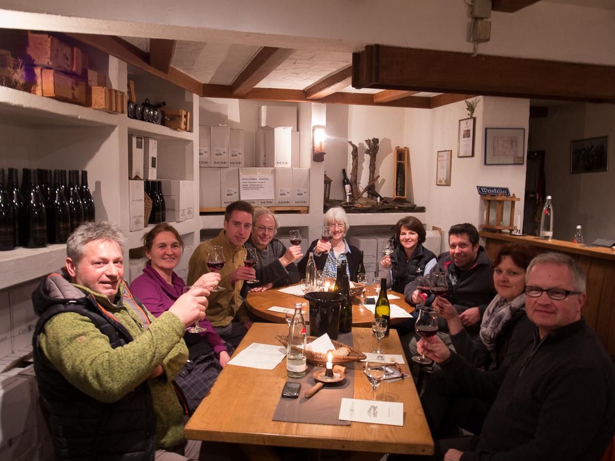 Gruppenfoto im Weinkeller