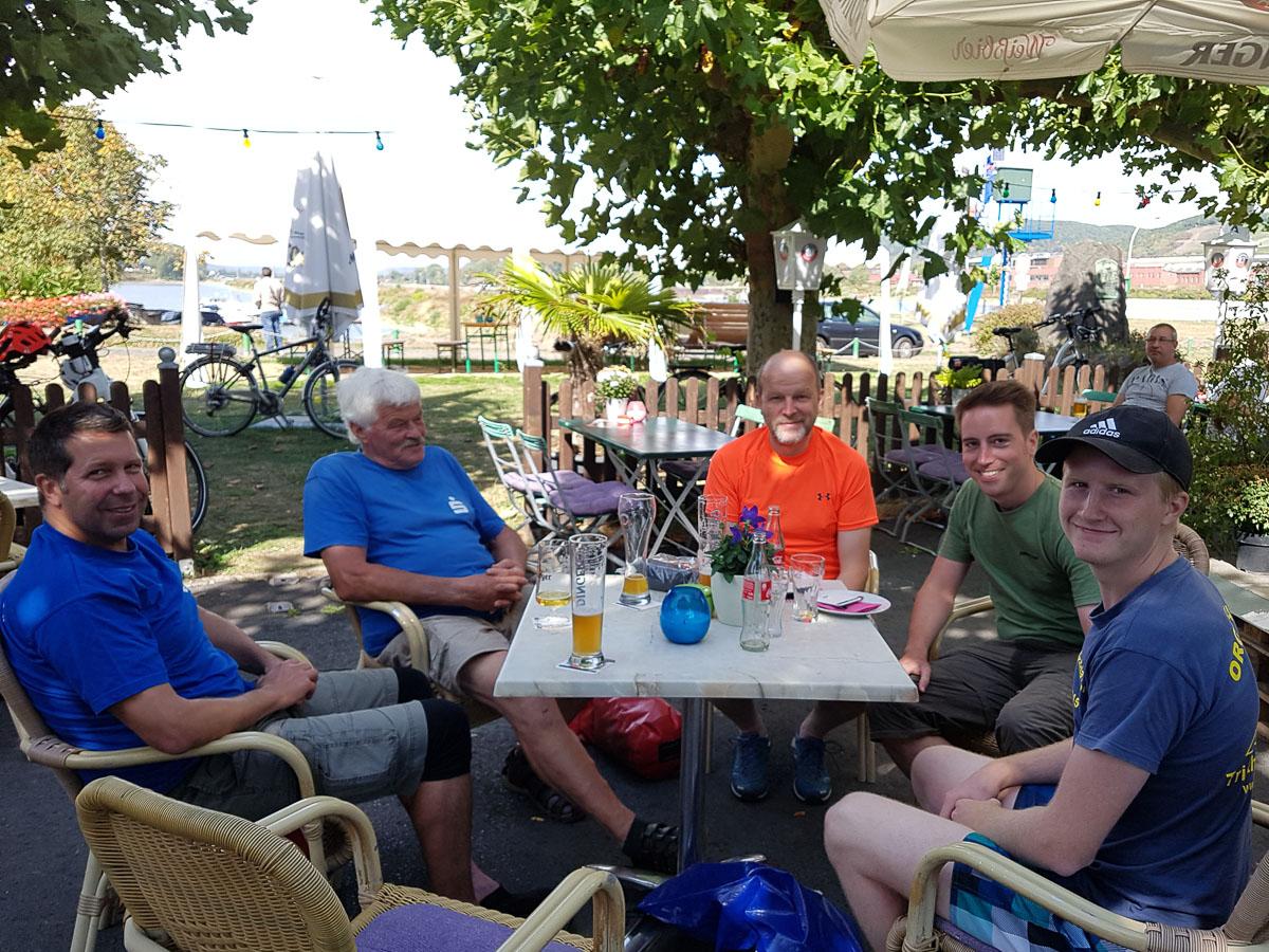 Pause im Biergarten in Brohl
